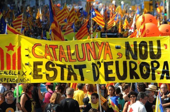 Referendum Catalogna, primo incidente nella notte: spari a pallettoni contro seggio occupato. Quattro feritiCresce