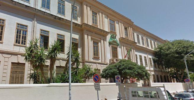 Palermo, crolla pezzo di intonaco, evacuata la scuola Ragusa Moleti. Paura tra gli studenti