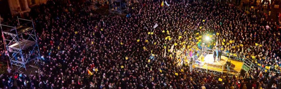 A Catania Beppe Grillo fa il pieno di gente in piazza