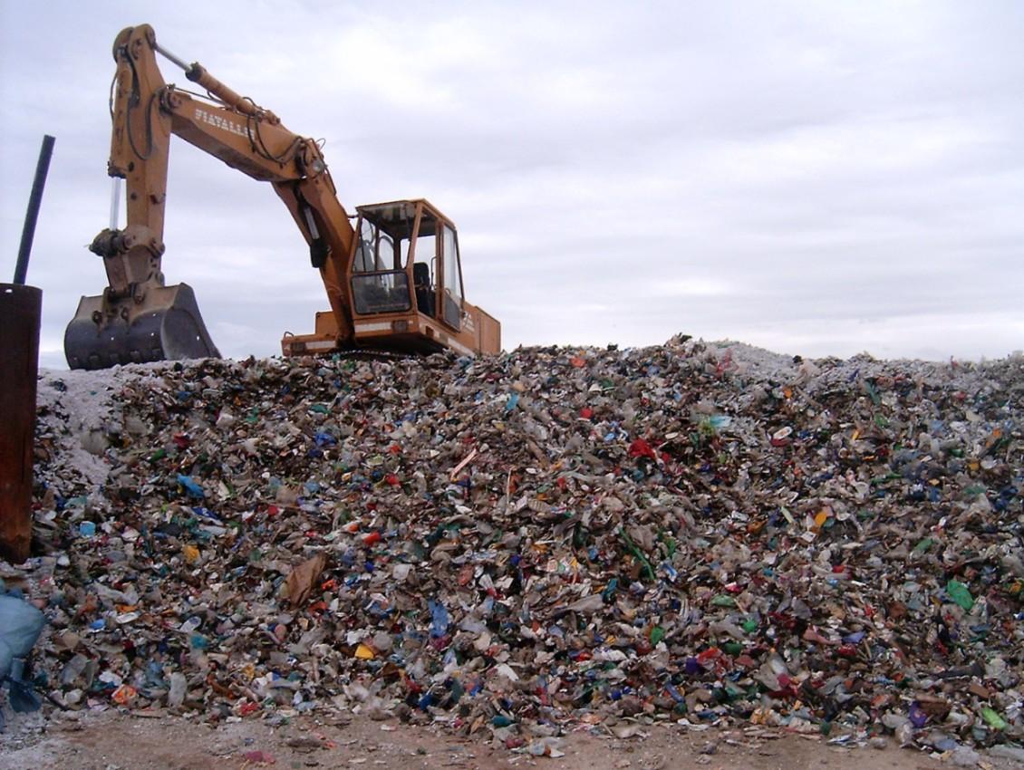 La Sicilia e il disastro dei rifiuti. Da 20 anni la regione scarica tutto sui comuni e fa ingrassare i privati