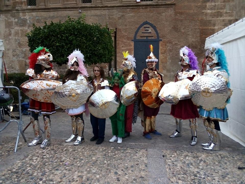 Pupi siciliani interpretati da attori in carne e ossa. Sabato pomeriggio in corteo nel centro storico