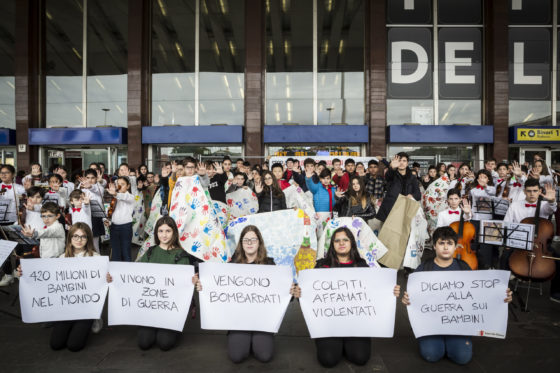 """Infanzia: Save the Children, alla Stazione Termini di Roma bambini e ragazzi danno vita a un flash mob per dire """"Stop alla guerra sui bambini"""""""