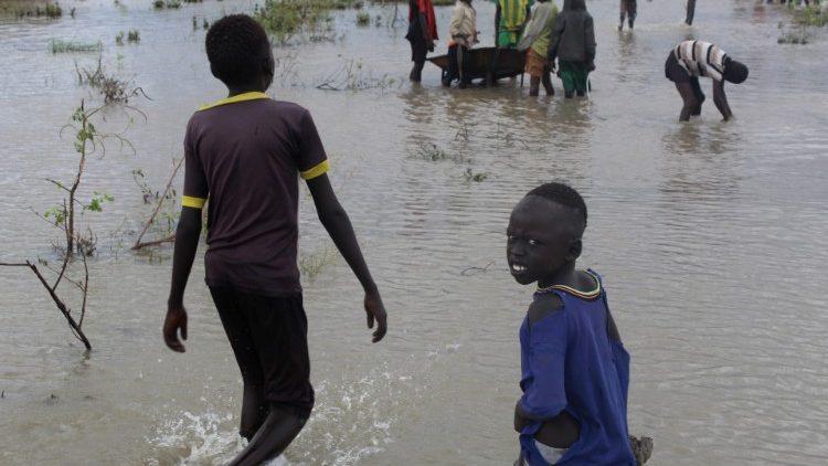 Sud Sudan: Save the Children, oltre 200.000 bambini costretti a fuggire dalle loro case a causa delle inondazioni
