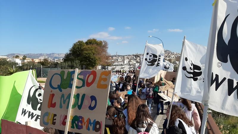 Il WWF a Sciacca in corteo con i bambini sull' emergenza climatica