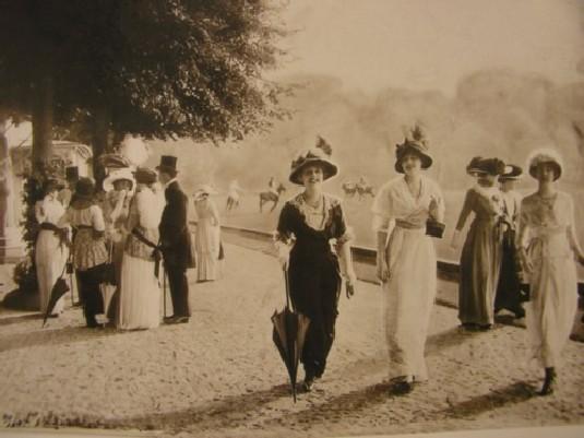 """""""Promenade à l'île des Femmes"""". Passeggiata a Isola delle Femmine nell'arte del vestire dal Settecento ai nostri giorni."""