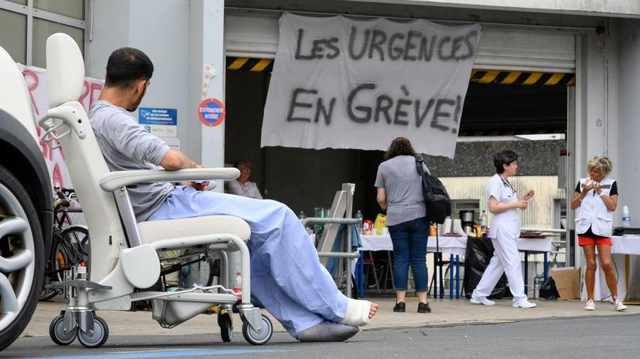 Francia,centinaia di  primari si dimettono per «salvare l'ospedale pubblico»