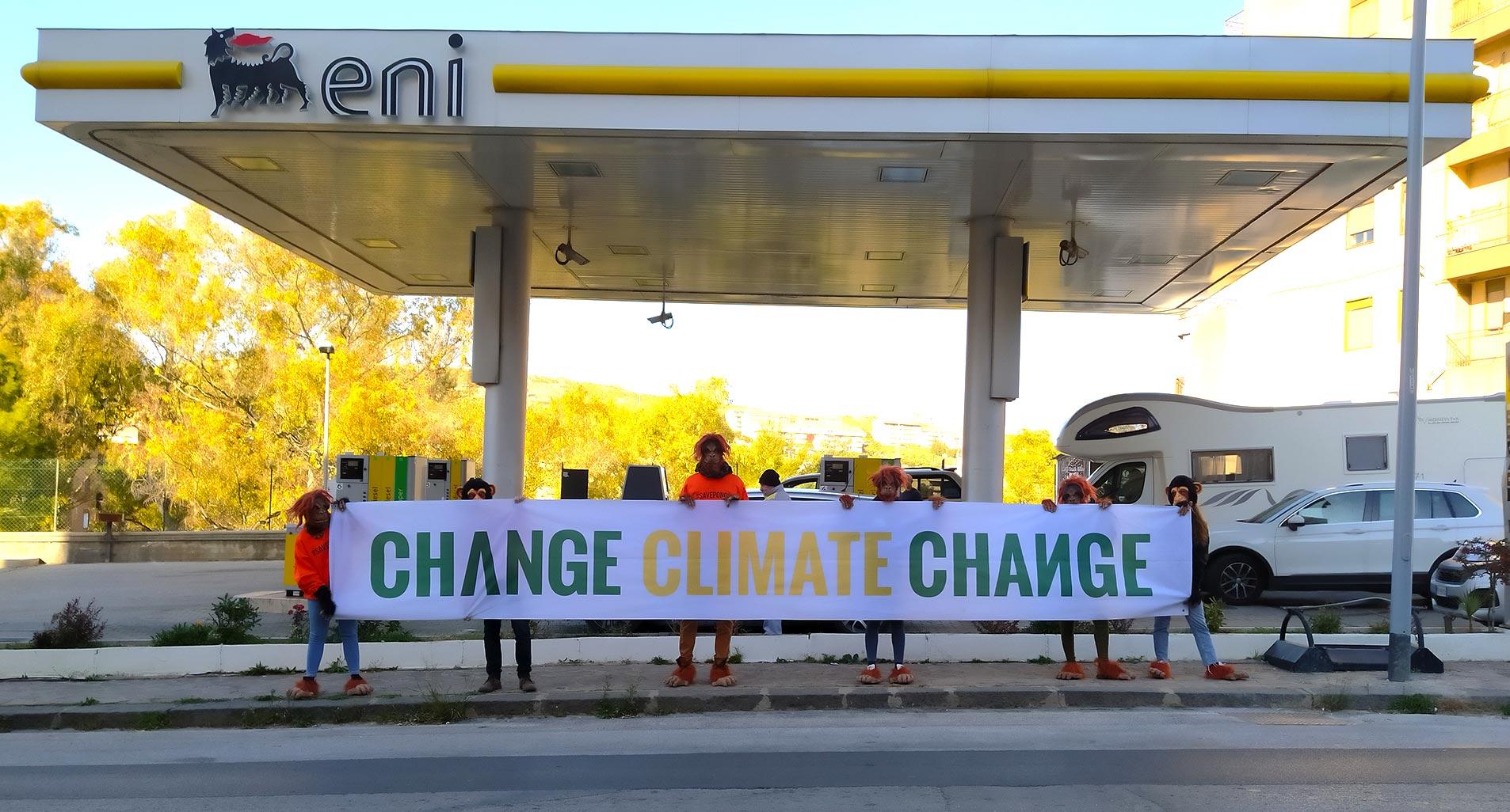 Agrigento, flash mob di Legambiente contro le bugie e i mancati investimenti sulle rinnovabili di Eni