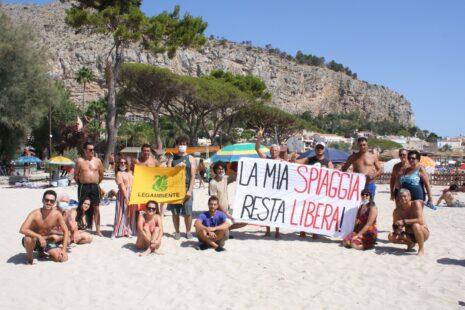 """""""La mia spiaggia resta libera"""", flash mob di Legambiente Palermo sulla spiaggia di Mondello"""