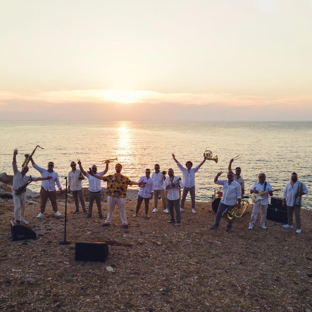 """Gli Ottoni Animati salutano l'estate e la zona bianca con """"La Vida"""", nuovo video girato sulle scogliere di Makari (video)"""