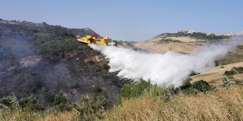 Incendi sulle Madonie. A Petralia Soprana la gente abbandona le case su mezzi di fortuna e trattori. Tregua a Polizzi Generosa