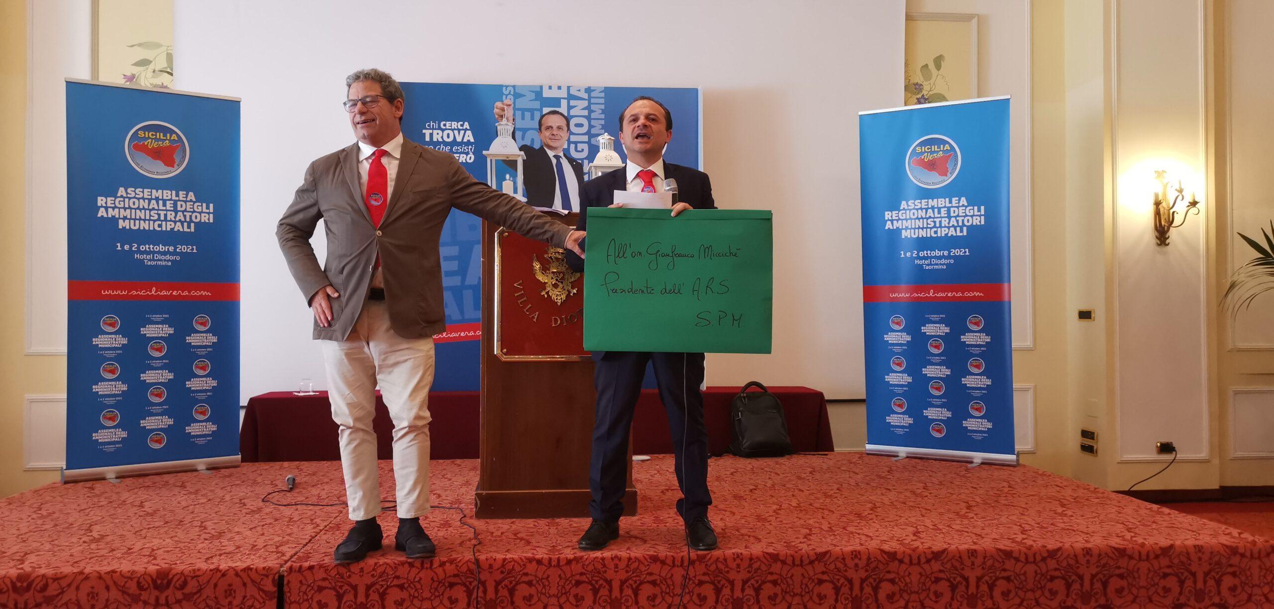 """FOTO: De Luca consegna """"avviso di sfratto a Miccichè"""""""