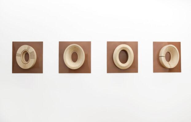 """Toccare l'arte per ripensare al futuro. Apre oggi a Milano """"Pars Construens"""" con gli inediti quadri-scultura tattili di Fulvio Morella"""